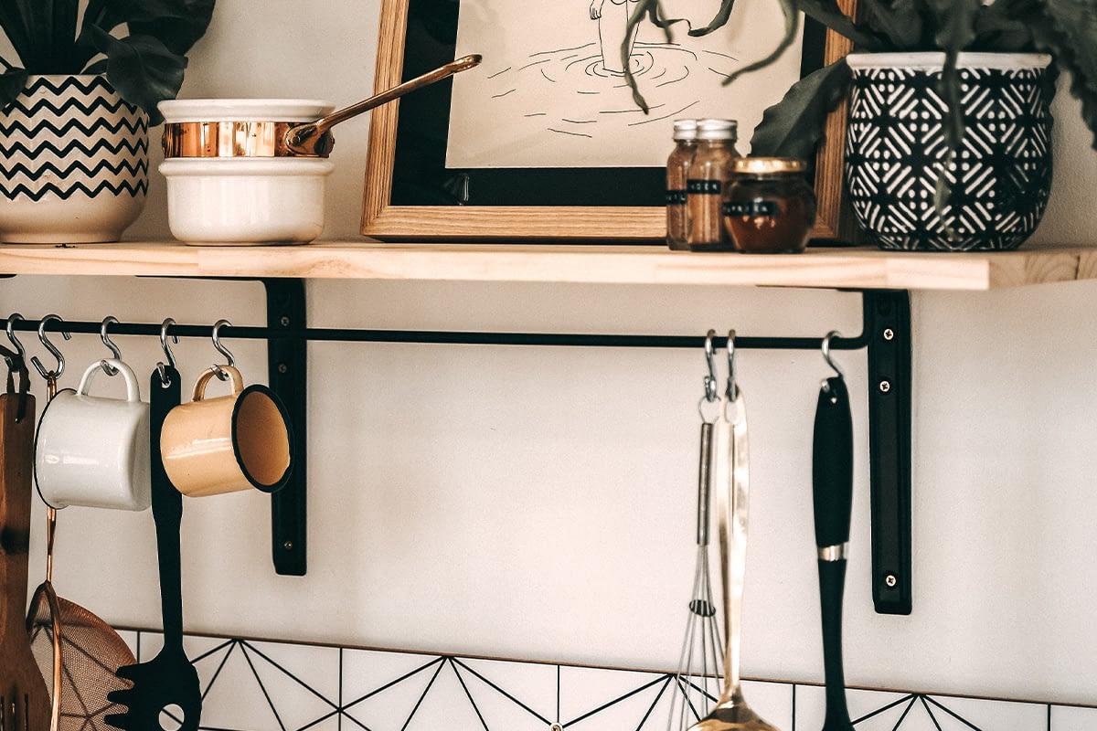 Küchenregal mit Haken für Utensilien.