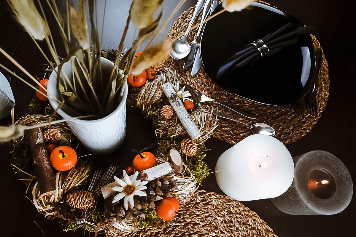Herbstliche Dekoration auf dem Esszimmertischtisch