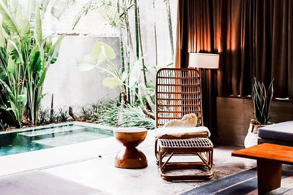 Bambus Liege an einem Pool