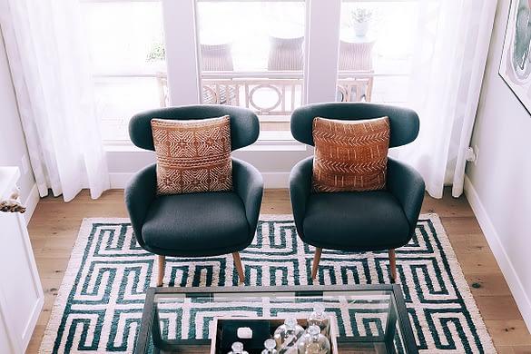 modernes Büro mit gemustertem Teppich